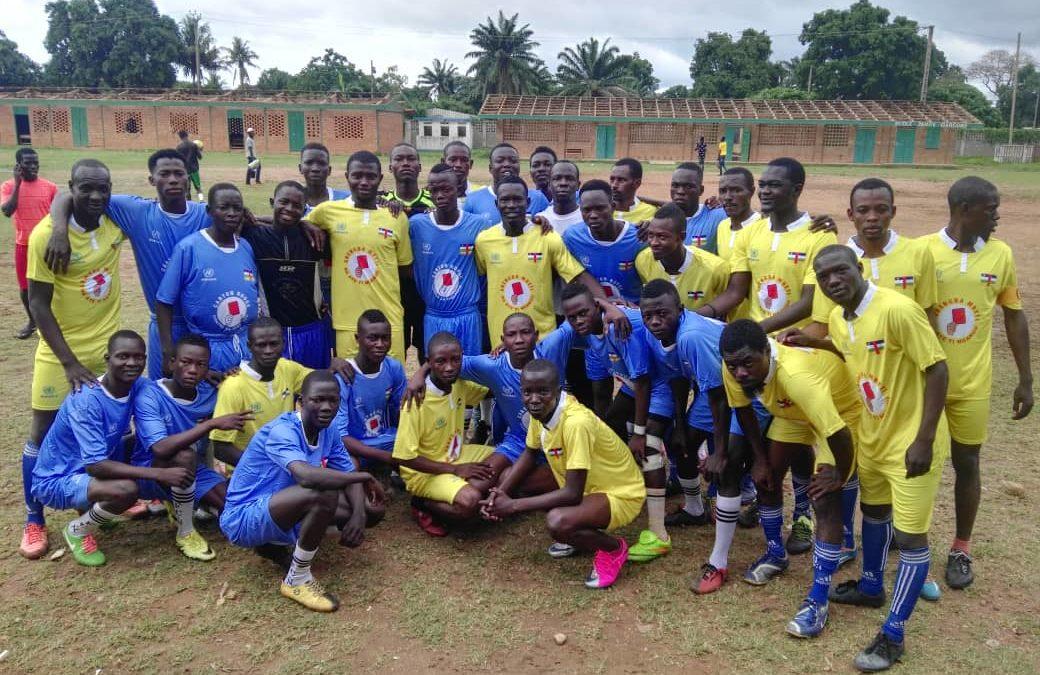 Christian, artisan de paix reunit des jeunes de deux quartiers grace a un match de football